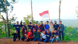 VLC Kibarkan Bendera Merah Putih Dipuncak Pawiki Lampung Timur